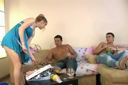 Парни порадовали одинокую хозяйку квартиры