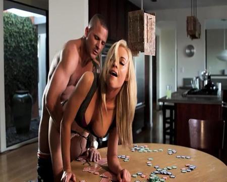 Посиделки закончились сексом с блондинкой