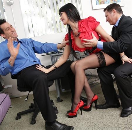 Друзья босса отымели его секретаршу